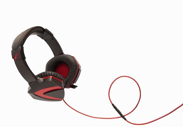 흰색 배경에 격리된 빨간색 와이어가 있는 검은색 게임용 헤드폰