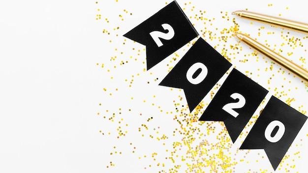 2020年の数字と金色のきらめきを持つ黒の花輪