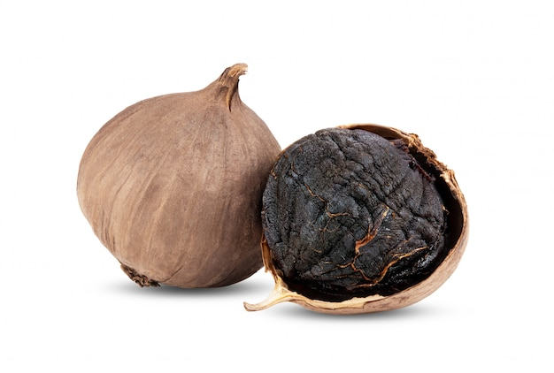 Луковицы черного чеснока, изолированные на белом фоне