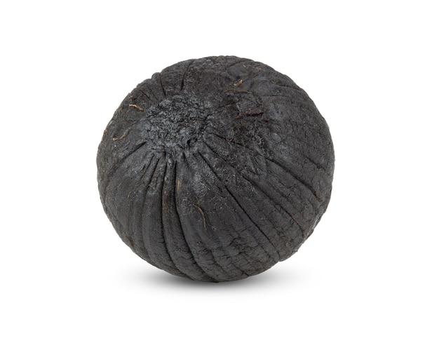 Черный чеснок, изолированные на белом фоне