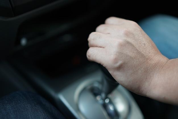 태국 자동차, 오른손 스티어링 휠 및 왼손 기어 변속의 블랙 기어 스트릭.