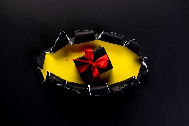 Черная подарочная коробка с красной лентой