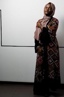 흑인 소녀는 hijab 미소를 입고 기뻐합니다. 이슬람 행복 한 여자 포즈입니다. 매력적인 아프리카 여성.