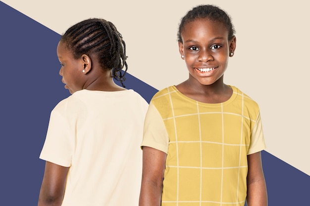 캐주얼 티셔츠를 입고 흑인 소녀