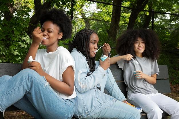 Черные девушки проводят время вместе на открытом воздухе