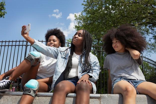 屋外で一緒に時間を過ごす黒人の女の子