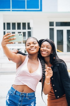 Черные девушки проводят время вместе