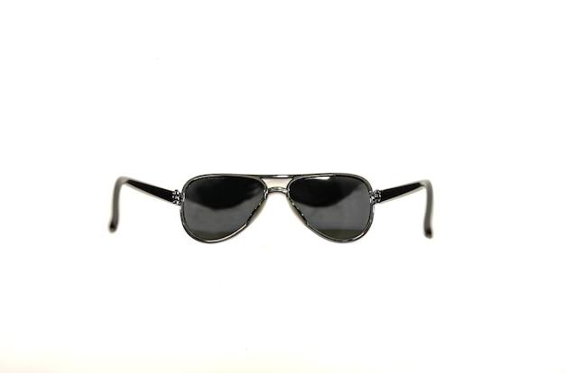 白い表面に分離された黒いメガネ