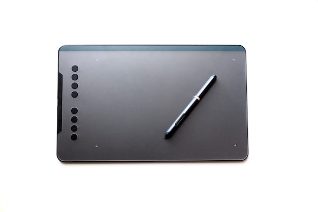 分離されたレタッチャーまたはペンを持つアーティストのための黒いグラフィックタブレット。