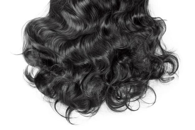 Текстура черных волос. волнистые длинные вьющиеся темные волосы заделывают, изолированные на белом. наращивание волос, материалы и косметика, уход за волосами, парик. прическа, стрижка или покраска в салоне.