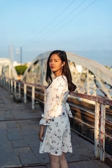 Ragazza vietnamita dai capelli neri su un ponte