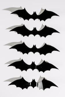 Черные пластиковые летучие мыши хэллоуина в очереди