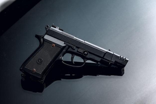 黒に黒の拳銃と反射がクローズアップ