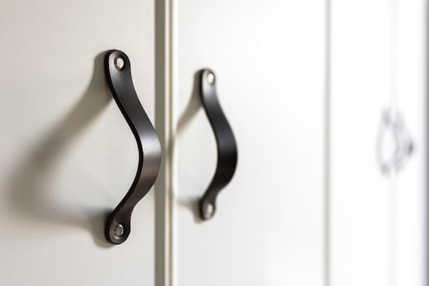 Maniglie nere del cassetto o dell'armadio della cucina.