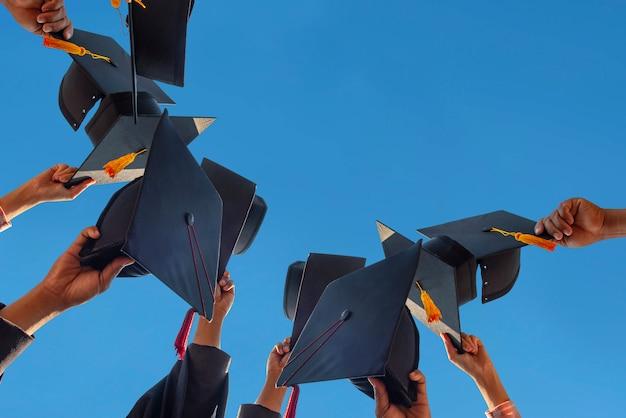 空に浮かぶ卒業生の黒い帽子。