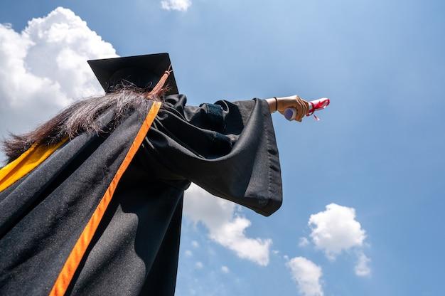하늘에 떠 있는 졸업생들의 검은 모자.