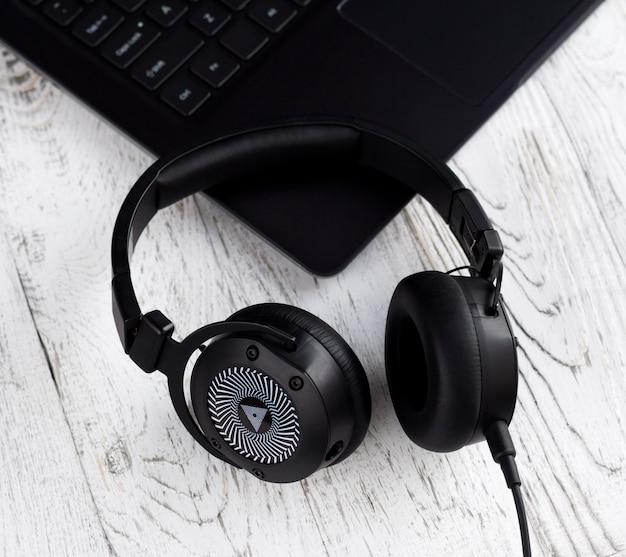 검은 색 헤드폰 및 노트북 컴퓨터