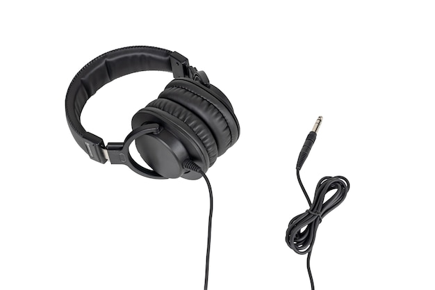 흰색 배경에 고립 된 케이블로 검은 헤드폰