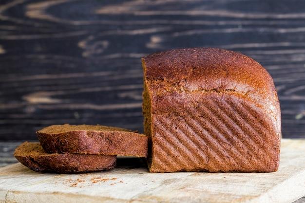 블랙 수제 호밀 가루 빵, 주방 도마에 음식의 근접, 점심 요리