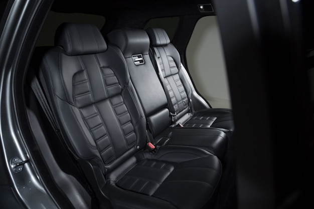 Черные детали интерьера современного роскошного автомобиля