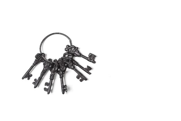 Черные железные богато украшенные ключи, изолированные на белом фоне