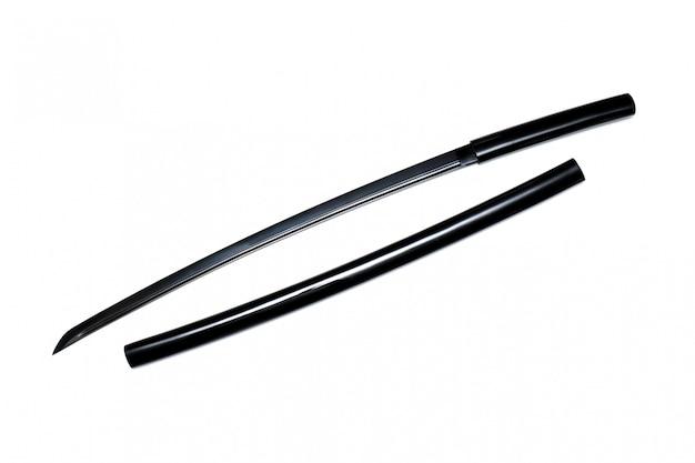 Черный японский меч с блестящими ножнами на белом фоне. этот вид японского меча называется «ширасая»