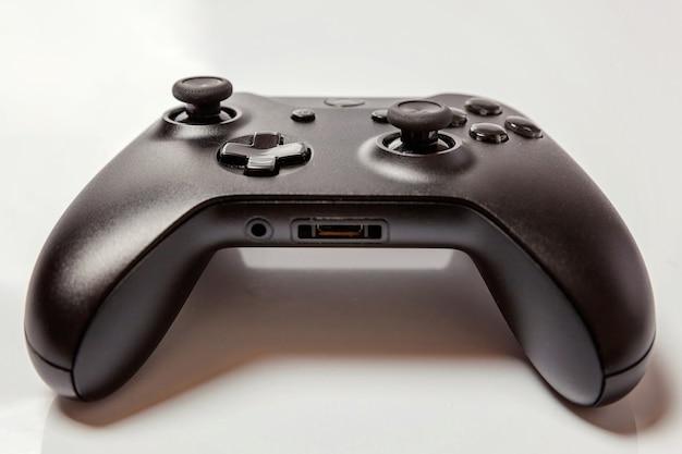 Геймпад черный джойстик, игровая консоль, изолированные на белом фоне