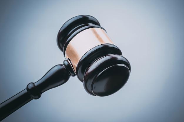 Черный судья вуд хаммер с синим фоном