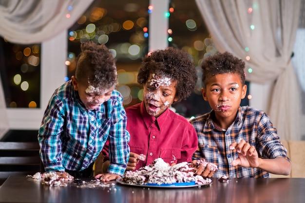 黒人の子供たちはケーキを壊した。