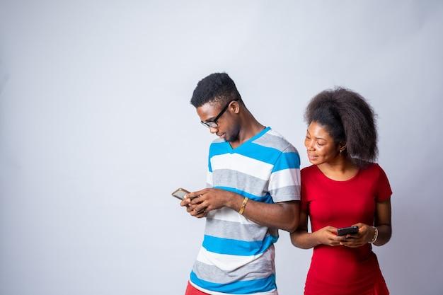 Черная дама пытается шпионить за телефоном мужчины, который это скрывает
