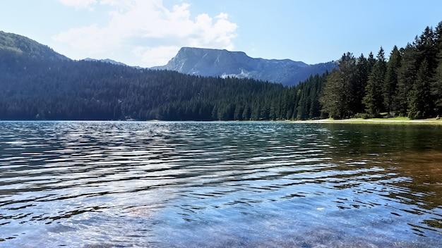 モンテネグロの黒い湖