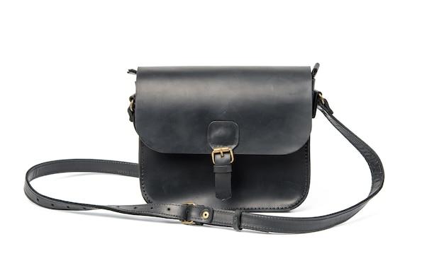Черная кожаная сумка с длинным плечевым ремнем, аксессуар, изолированные на белом фоне, крупным планом