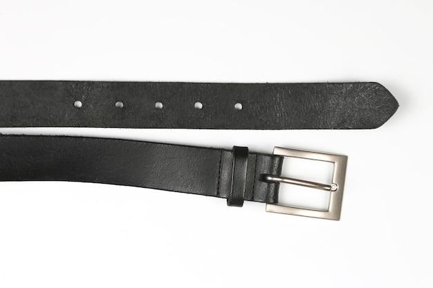Черный кожаный ремень на белой поверхности