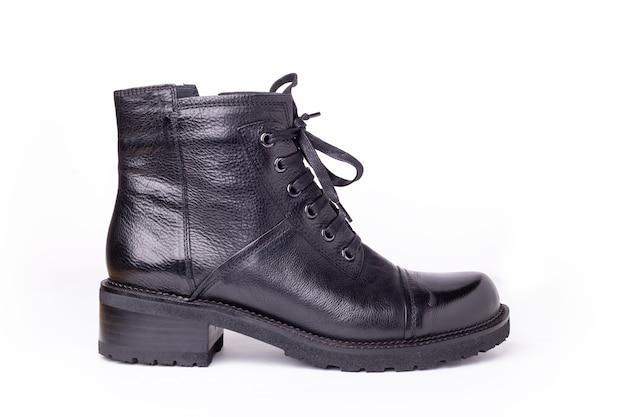白い背景で隔離の黒い革のブーツ