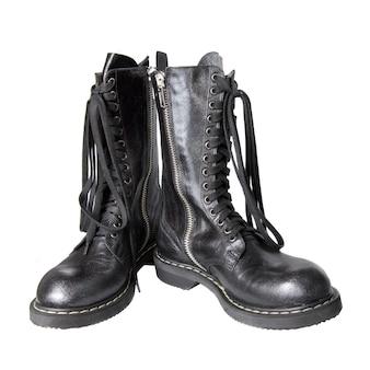 白で隔離される黒い革のブーツ