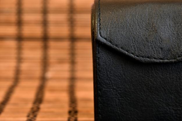 茶色の背景に黒い革のケース