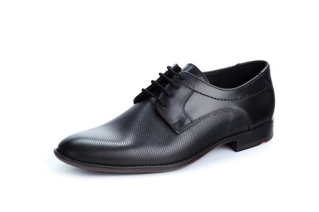 Черные кожаные формальные мужские туфли на белом фоне