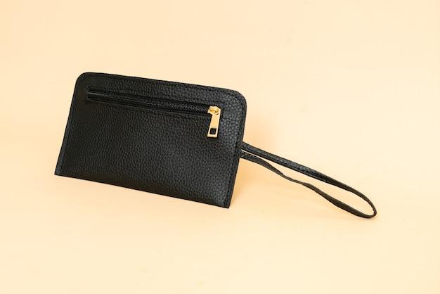 黒革のハンドバッグ-ファッションスタイル