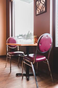 Черные кожаные мягкие каркасные кресла из нержавеющей стали
