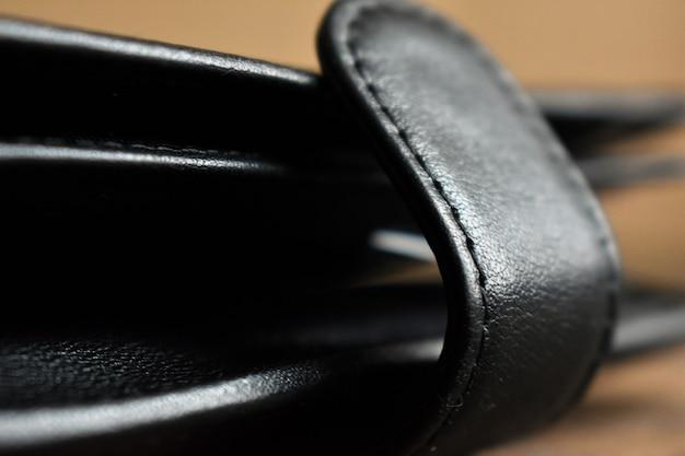 黒革の財布のクローズアップ