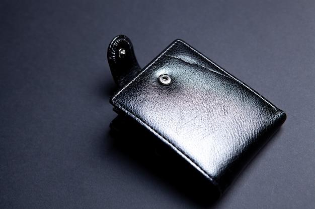 검은 바탕에 검은 가죽 지갑