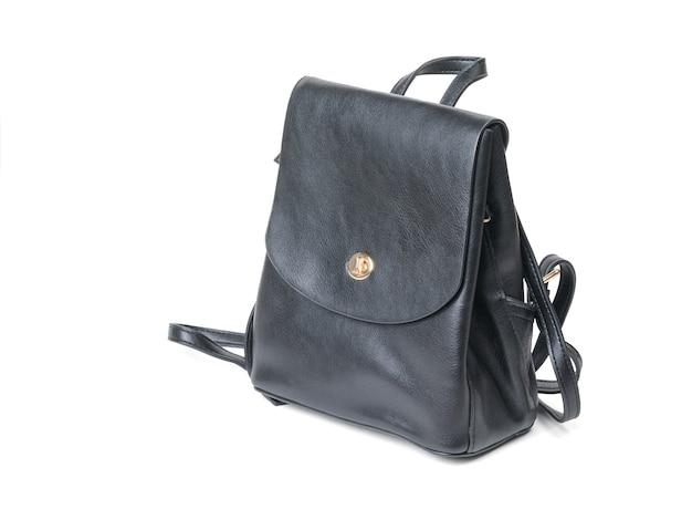 白い表面に分離された黒革の女性のバックパック。人気のバッグです。