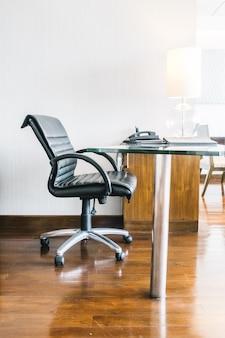 Черное кожаное рабочее кресло