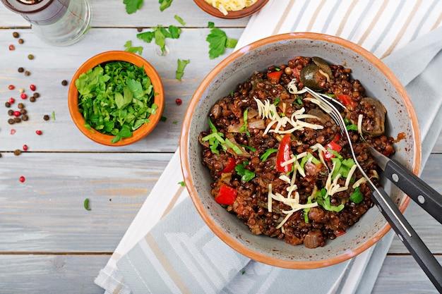 Чечевица белая с овощами. постное меню. веганская еда. вид сверху