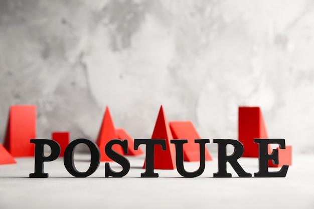 明るい背景に単語postureを形成する黒い文字