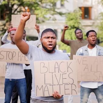 黒の生き物抗議