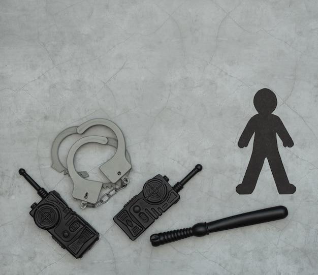 ブラック・ライヴズ・マターのフラットレイ、黒い紙のシルエット、手錠、ラジオ局、バトン