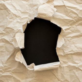 Il nero vive il movimento della materia con la carta