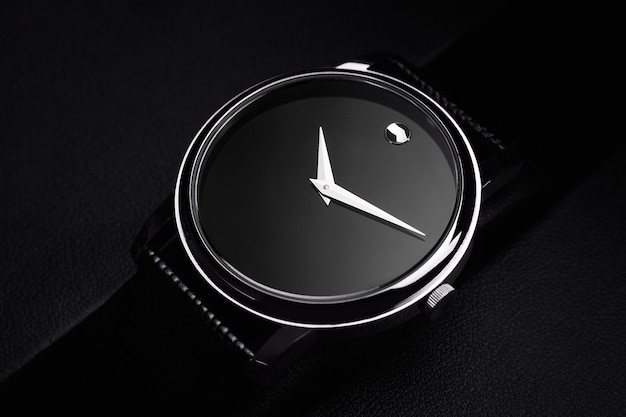 검은 배경에 검은 명품 시계