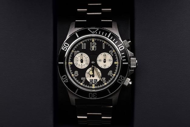 검은 석탄 배경에 검은 명품 시계